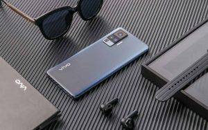 Vivo представила первый в мире смартфон со встроенным стабилизатором камеры